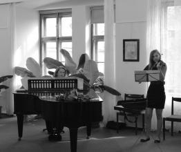 Vernisáží doprovázel klavírista pan Roman Soukup  a na housle zahrála slečna Paclíková