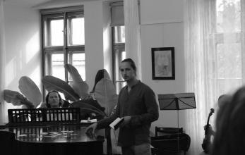 Řeč obou autorů byla prokládána hrou na housle a klavír